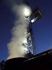 Bohrturm in Groß-Schönebeck in der Nacht für Geothermie